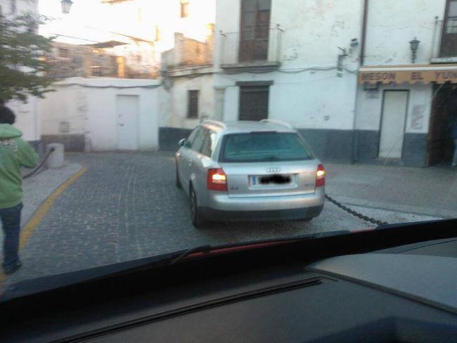 Algunos listillos ya se aprovechan del ensanche realizado en San Miguel Bajo para facilitar el paso al tren turístico. Dónde está la Policía Local?