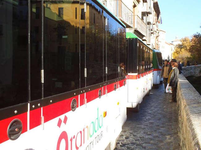 El tren turístico pasa por la Carrera del Darro todos los días. El Ayuntamiento discrimina a los vecinos del Albayzín prohibiendo el paso a las líneas 31 y 35 de microbuses públicos los fines de semana para no estorbar a los que pasean.