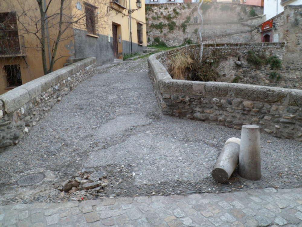 Pivote arrancado en la Carrera del Darro, entrada a Puente Espinosa (2013)