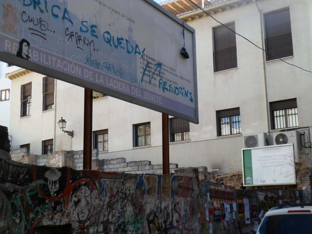 Aunque sean carteles temporales indicativos de una obra inminente, forma parte del paisaje de la calle Elvira desde hace muchos años, el solar sigue igual al primer día. Intervención de la Junta de Andalucía en Elvira-Zenete.