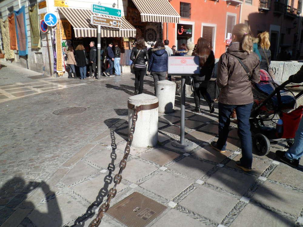 Junto a las cadenas una señal indicando que nos encontramos en el Albayzín, Patrimonio Mundial.