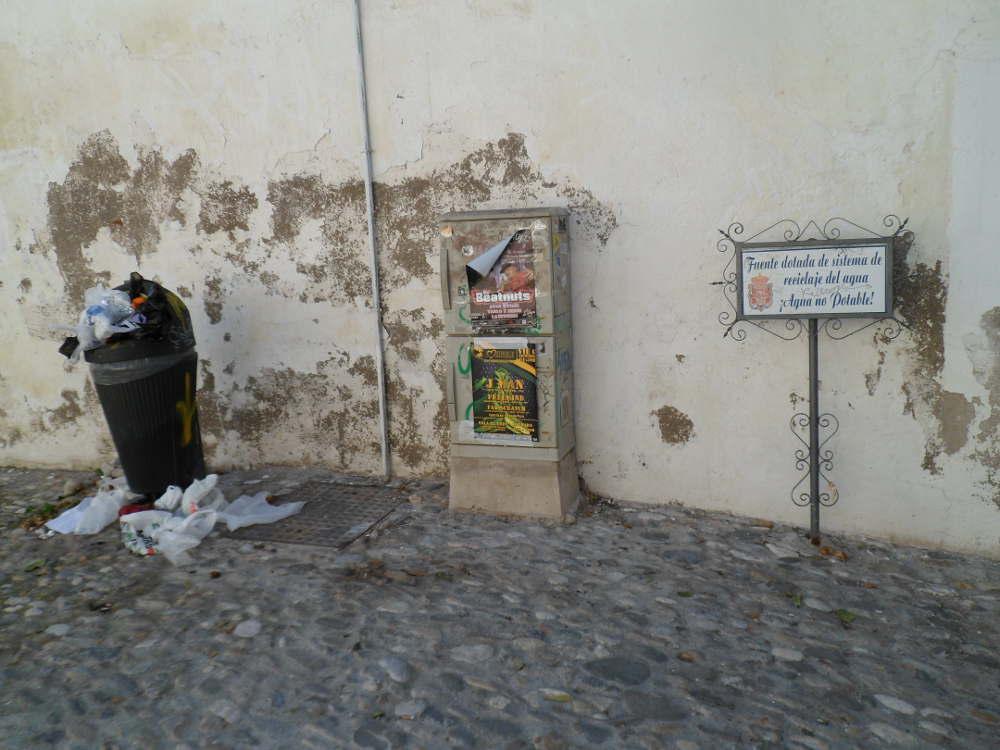 Señal indicativa del reciclaje del agua de la fuente. Placeta Virgen del Carmen