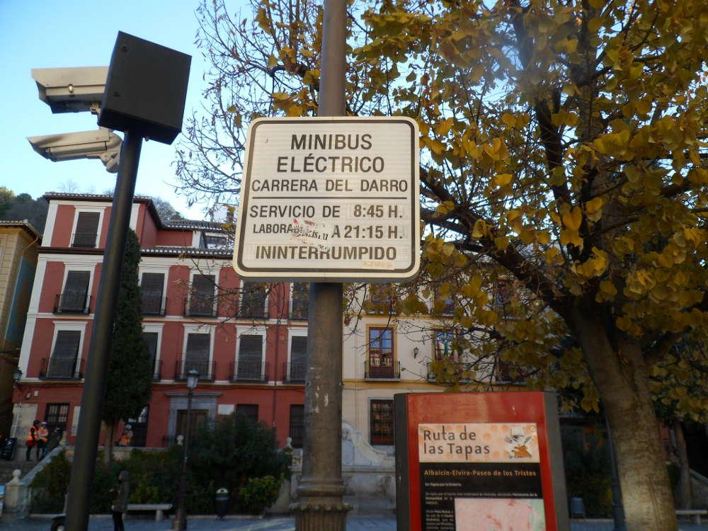 Señalización parada del minibús eléctrico que recorría la Carrera del Darro. Se mantiene aunque ya no funcione ese servicio al entrar en funcionamiento el tren turístico. El transporte en el barrio es tan variopinto como las señales.