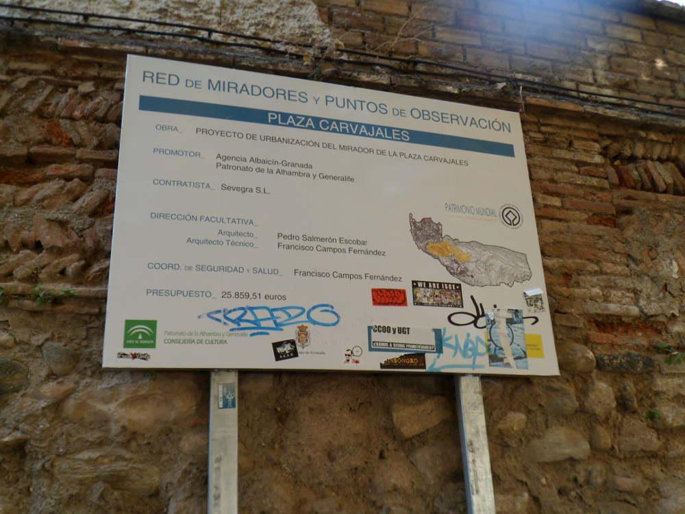 Panel informativo de la intervención realizada en la Placeta de Carvajales. las obras terminan, pero los paneles perduran, pues a veces si no fuera por el panel nadie diría que se hizo la obra.