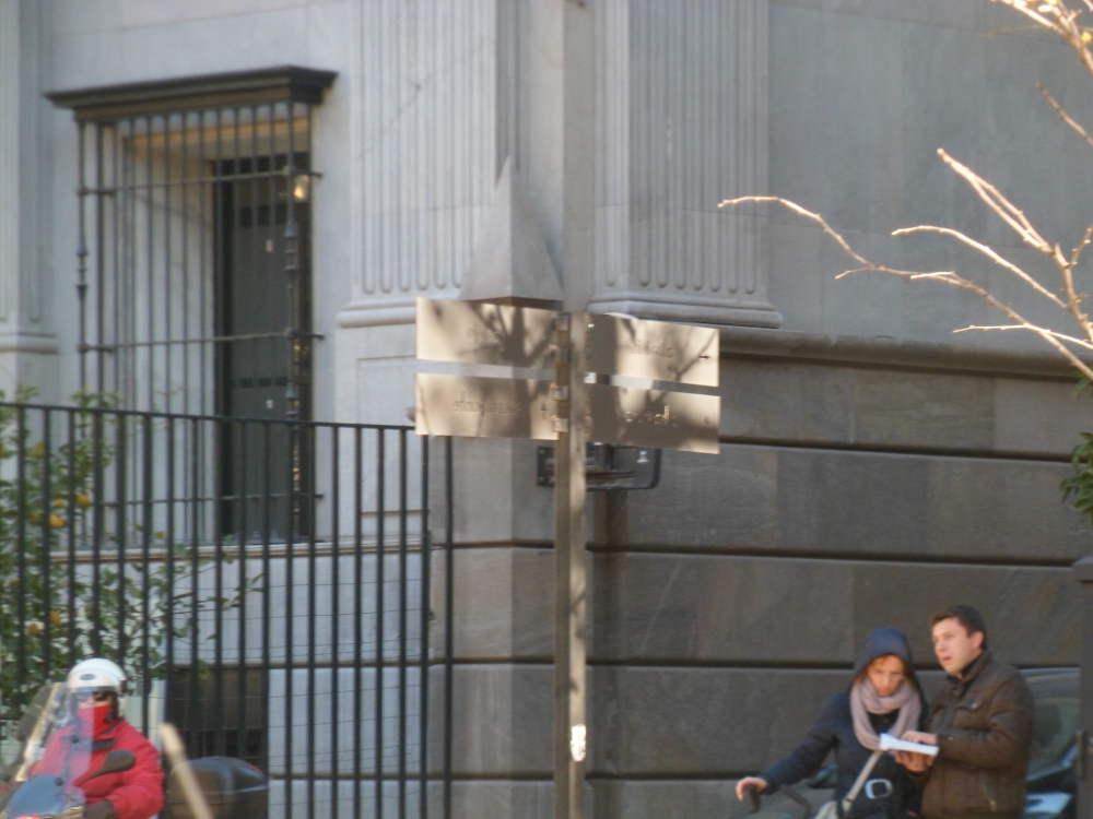 El último modelo de señal es la perforada, de difícil lectura. Esquina Gran Vía con Cárcel Baja, junto al Banco España