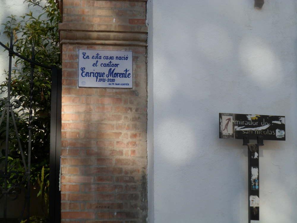 Contraste de la señal perforada y la placa a Enrique Morente en la casa donde nación en la Cuesta San Gregorio.