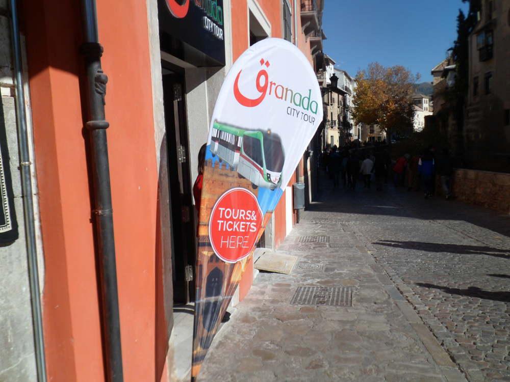 Señal oficina tren turístico en plena Carrera del Darro