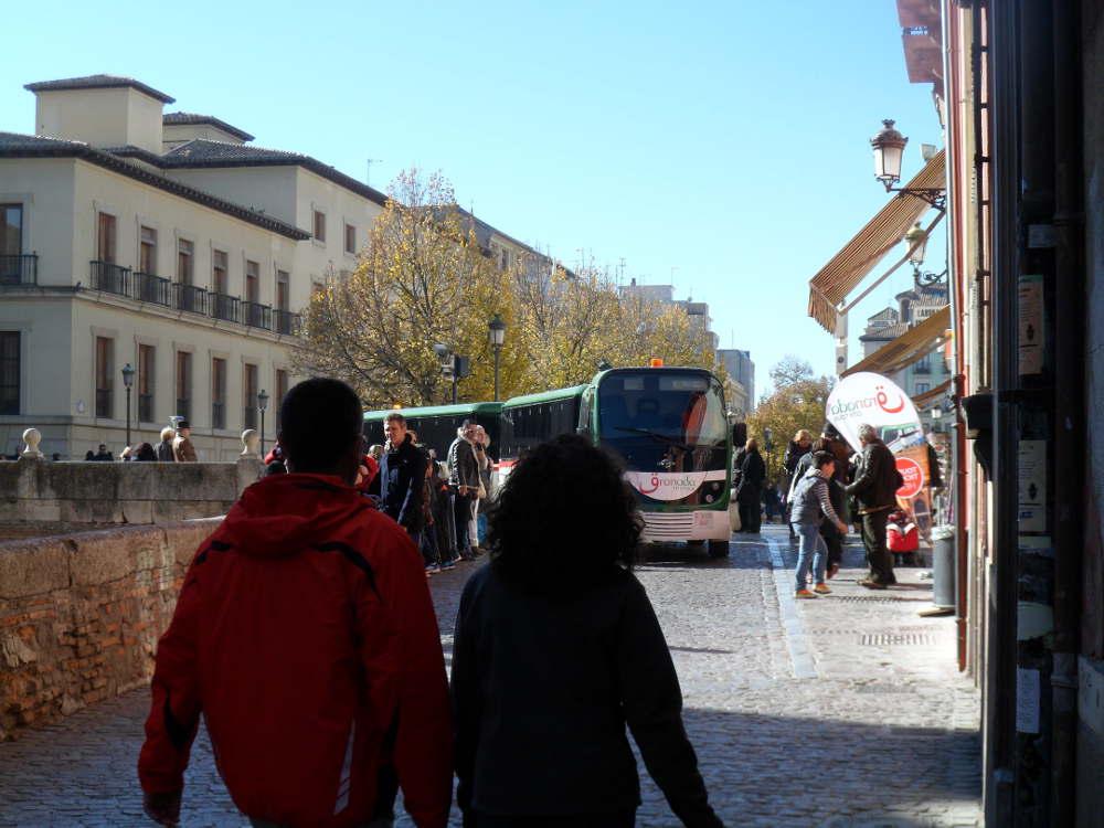 Señal oficina tren turístico en plena Carrera del Darro ocupando la acera.