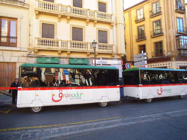 El ayuntamiento le adjudica al tren turístico la parada de los autobuses 31 y 35 de Plaza Nueva.