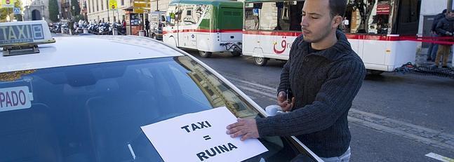 Los taxistas reclaman poder circular por los mismos lugares que el nuevo tren turístico de la Alhambra. :: G. MOLERO