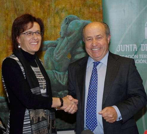 Ana Gámez y José Torres Hurtado se estrechan la mano tras el convenio. Foto: Javier Algarra