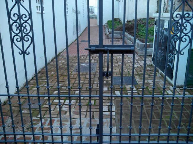 La entrada principal al centro de los servicios sociales del Callejón del Gallo permanece cerrada.