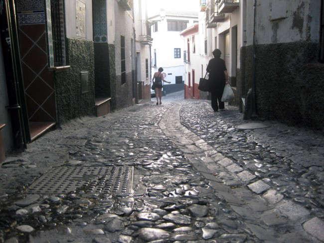 Imagen de la cuesta de la Alhacaba, uno de los accesos en peor estado del barrio del Albaicín.