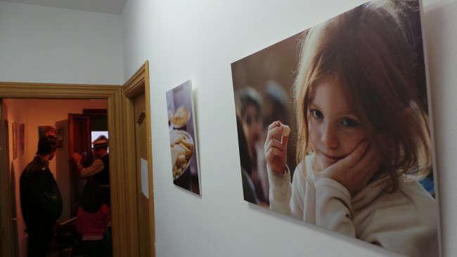 Imágenes sobre el comedor escolar Gómez Moreno que se exhiben en el local 'Llévate Café.