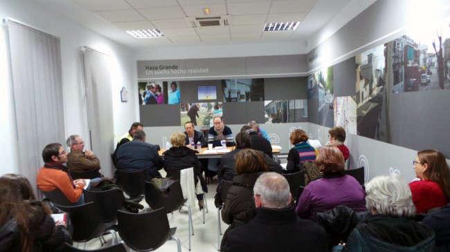 Fernando Egea y Juan García Montero informaron a los vecinos del traslado de los servicios sociales del Albaicín.
