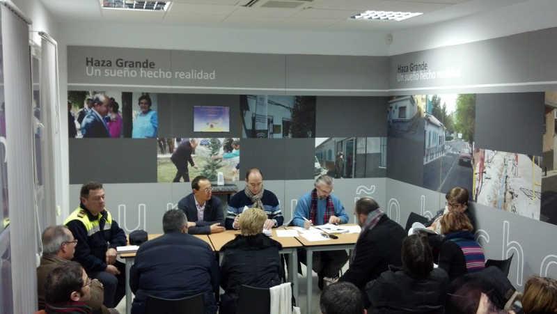 Los concejales Fernando Egea y Juan García informan en Junta Municipal del Distrito Albayzín celebrada en Haza Grande el 28 de enero de 2014