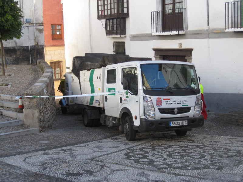 Camión con trituradora aparcado en la zona peatonal de la placeta de San José.