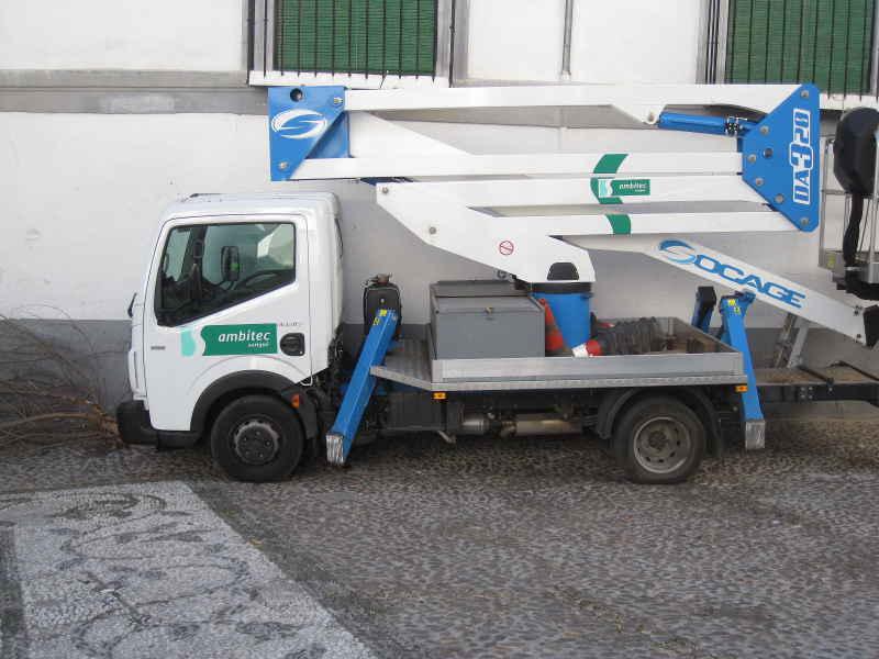 Camión con grúa-cesta en la zona peatonal de la placeta San José.