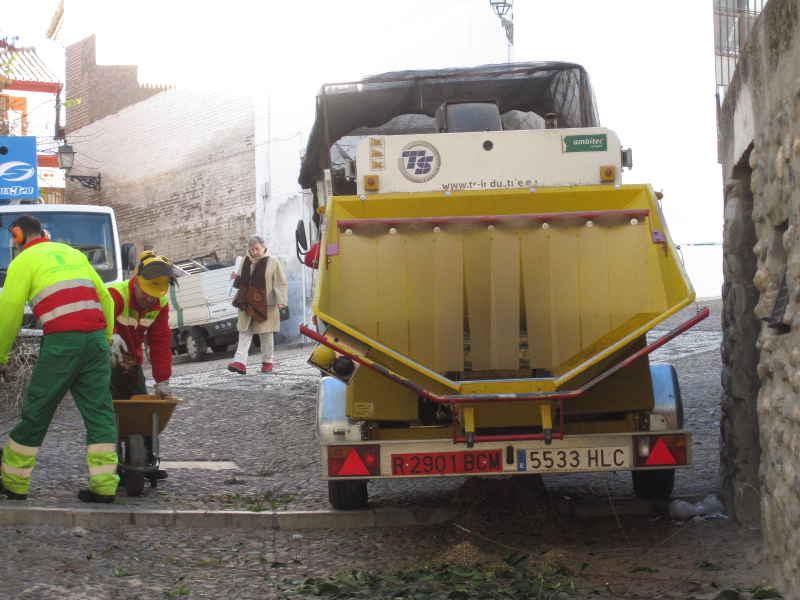 Los operarios acercan los restos de la poda desde Carvajales a San José.