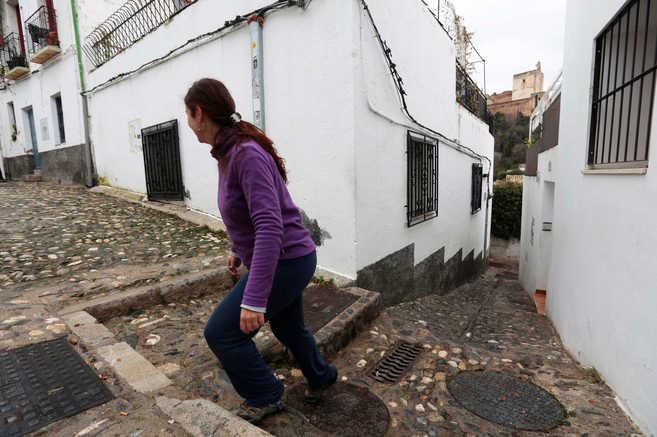 Una de las estrechas calles que suben al barrio granadino del Albaicín. MIGUEL RODRÍGUEZ