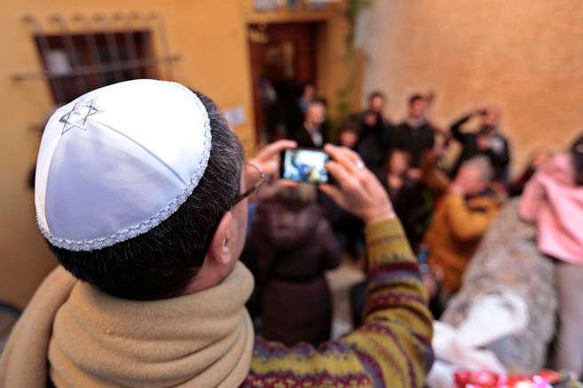 Turistas judíos de origen londinense celebran el Sabat en el Centro de la Memoria de Granada. M. RODRÍGUEZ