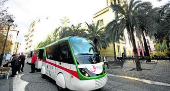 El tren de la Alhambra, a su paso por la plaza de la Romanilla