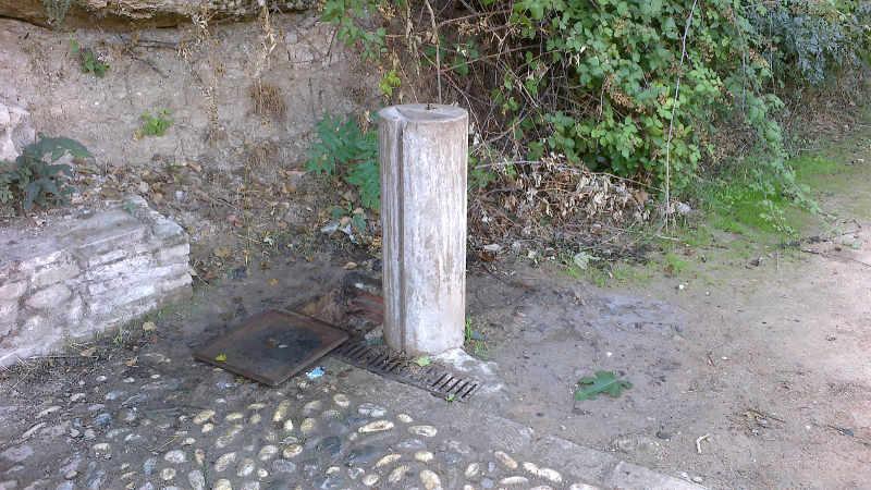 Pilar de agua potable con el mecanismo estropeado en la Fuente del Avellano.