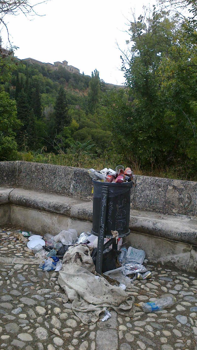 Basura acumulada junto a las papeleras en la Fuente del Avellano