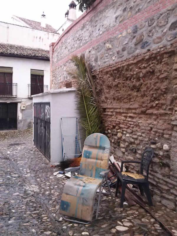 Basura junto a los contenedores de Placeta Carvajales 2014