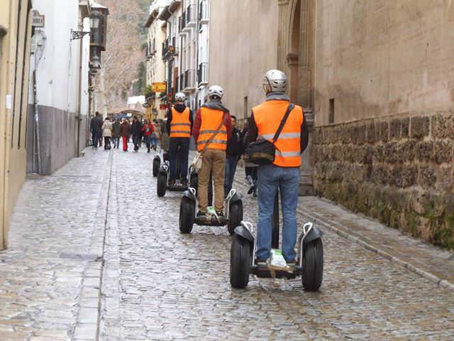 Vehículo biciclos motorizados por la peatonalizada Carrera del Darro. 2014