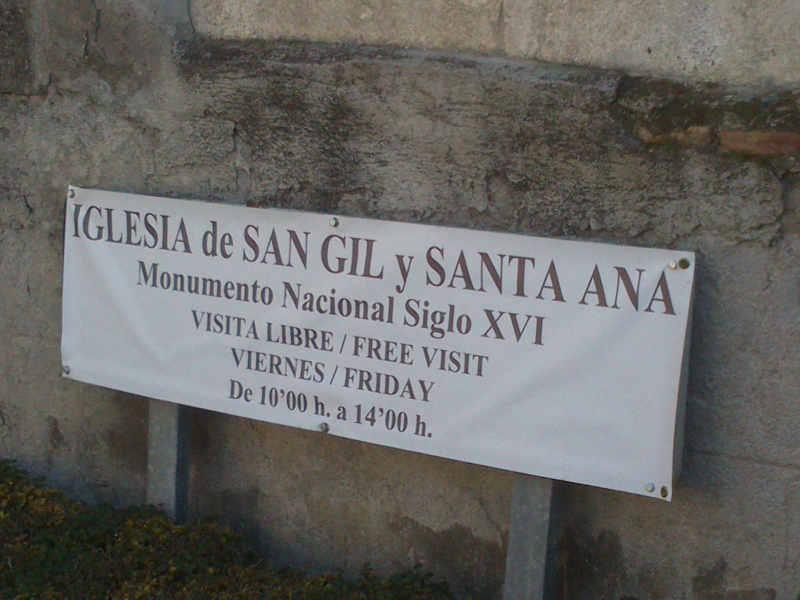 Cartel en la iglesia de Santa Ana anunciando el horario de visitas gratuitas tal como establece la Ley de Patrimonio de Andalucía