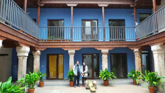 Los arquitectos María de la Barca Fernández-Reinoso y Alfonso Bermejo Oroz posan en el patio de la Casa Cuna.