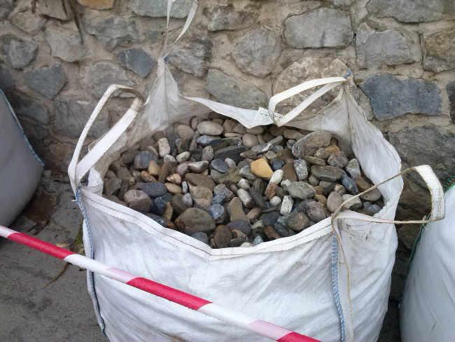 Material para empedrar la calle Cruz de la Rauda. 2014