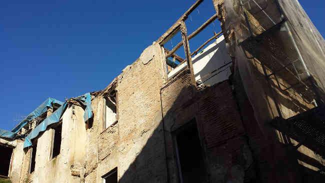 Ya están desmontando el tejado del edificio en ruinas de las calles Serrano y Elvira! Es un peligro para vecinos y casas colindantes. Febrero 2014