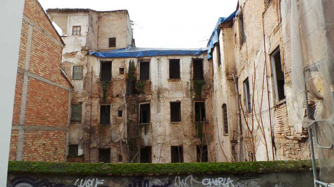 Estado del edificio desde la calle Serrano, en el Albaicín