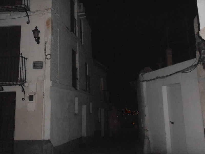Situación del alumbrado de San Miguel Bajo: una farola desaparecida y la siguiente con la bombilla fundida. 2014