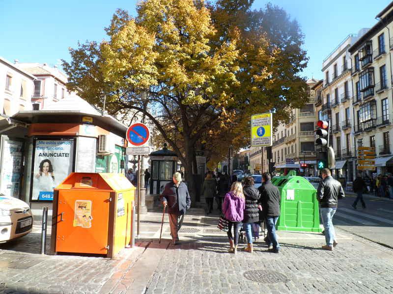 Contenedores, señales, urinarios, discos,... a la entrada de Plaza Nueva