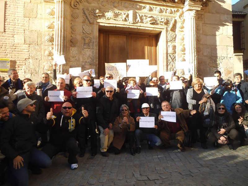 Concentración a las puertas del Museo Arqueológico exigiendo su apertura. 22 de febrero de 2014