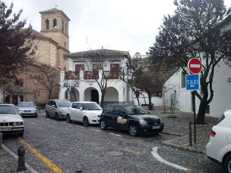 Parada de taxis en Placeta Abad ocupada por coches al no ser utilizada por los taxis durante casi todo el día. 2014