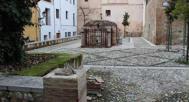 Estado en el que los vándalos dejaron la plaza. :: P. R.