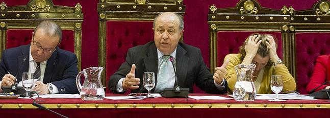 El alcalde y la concejala de Urbanismo, Isabel Nieto, en el pleno. :: G. MOLERO Ideal
