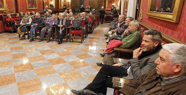 Los representantes de las asociaciones de vecinos, momentos antes de la reunión. :: ALFREDO AGUILAR