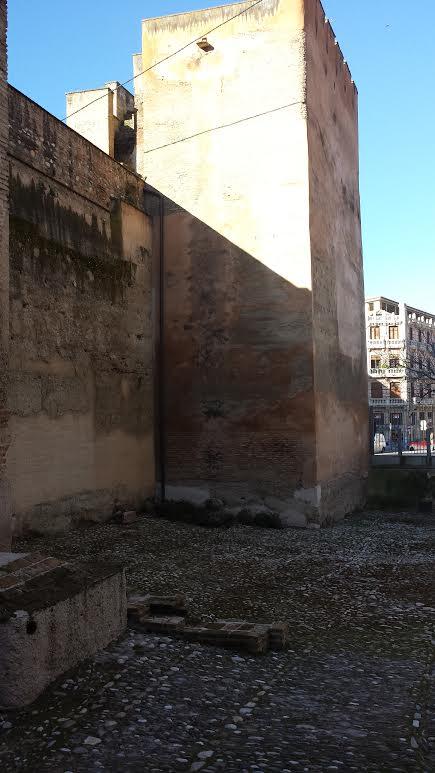 Limpieza de matojos que coronan la Puerta de Elvira. 2014