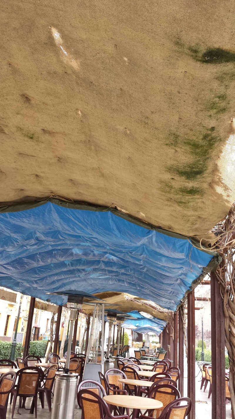 Lamentable estado de los toldos en unas pérgolas previstas para estar cubiertas de vegetación. 2014