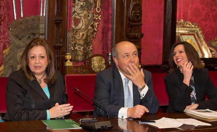 El alcalde y la directora del Patronato de la Alhambra en la rueda de prensa sobre la Cuesta de los Chinos. 2014 Foto: Patronato Alhambra