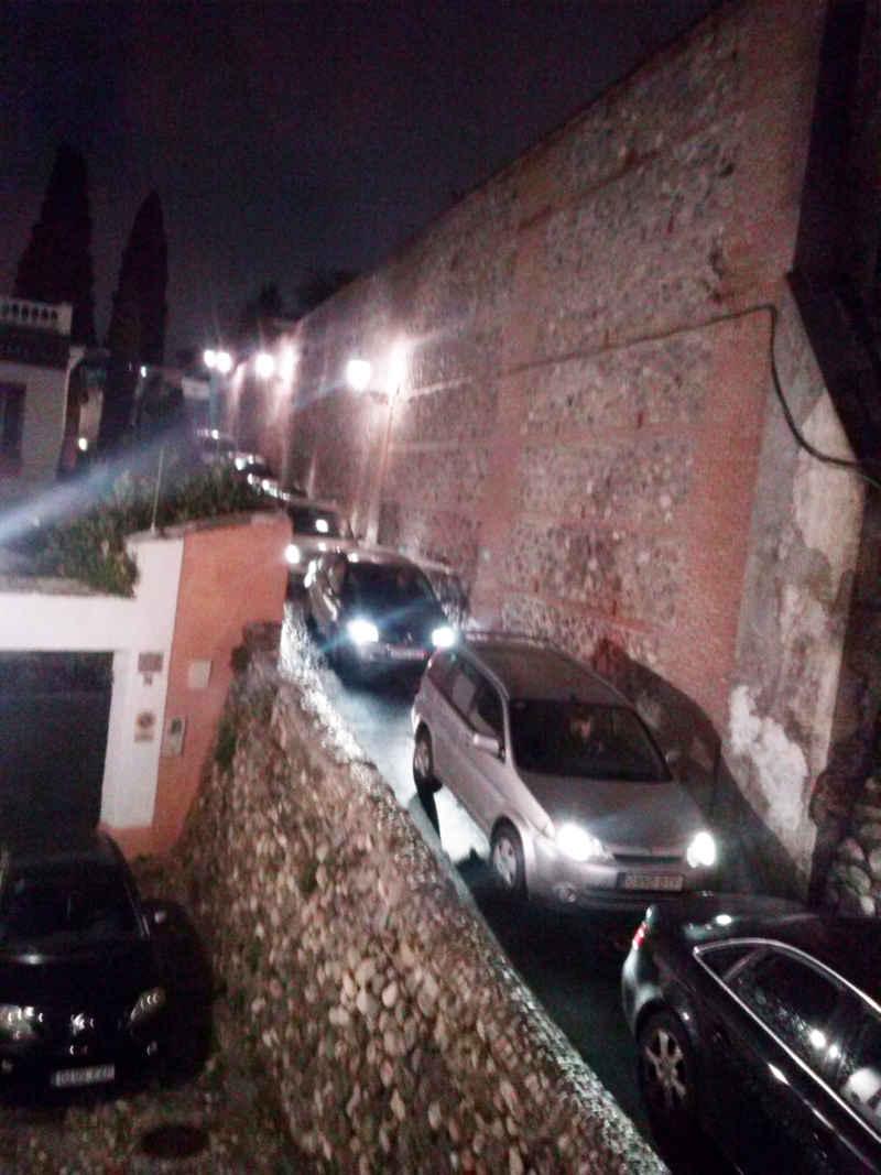 Cola de coches en estrechamiento y muro. 13 de febrero de 2014
