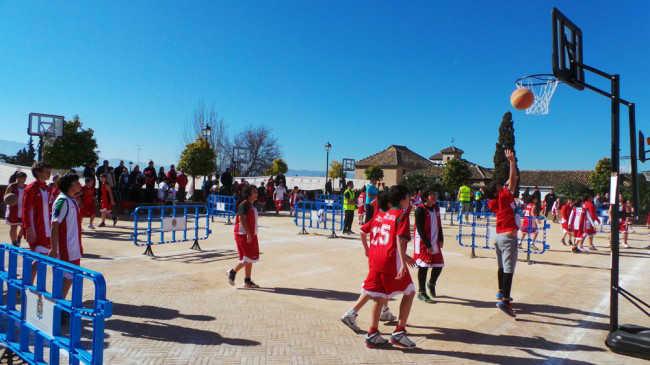 Un grupo de chavales practica el baloncesto en el Huerto del Carlos. GiM 2014
