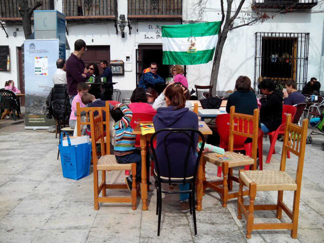 Menores del centro hogar de menores del Pilar dibujan en la plaza San Miguel bajo. GiM2014