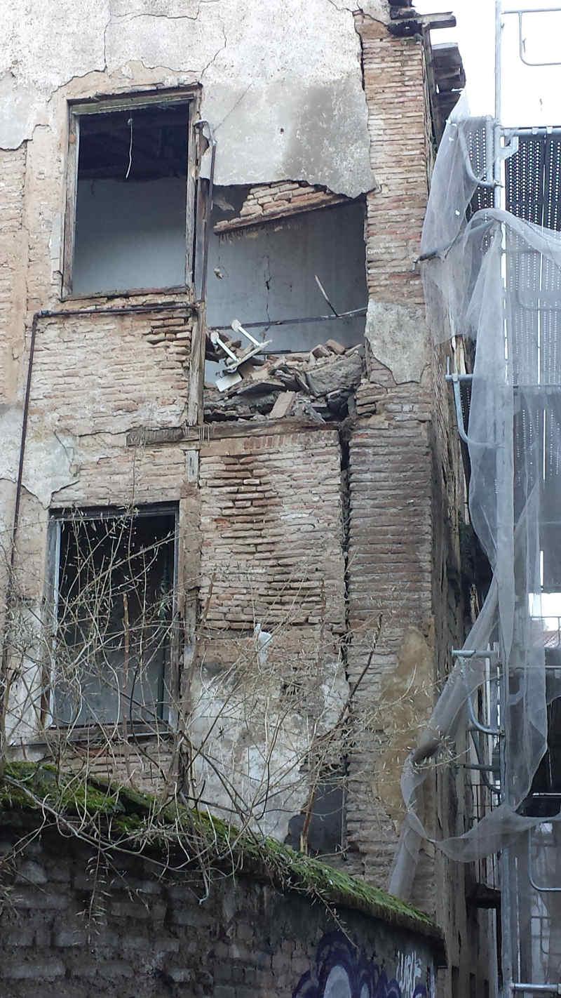 Los desprendimientos de materiales están dejando el edificio ruinoso en una estructura debilitada.  Parte trasera del edificio de Elvira en la calle Serrano. 2014