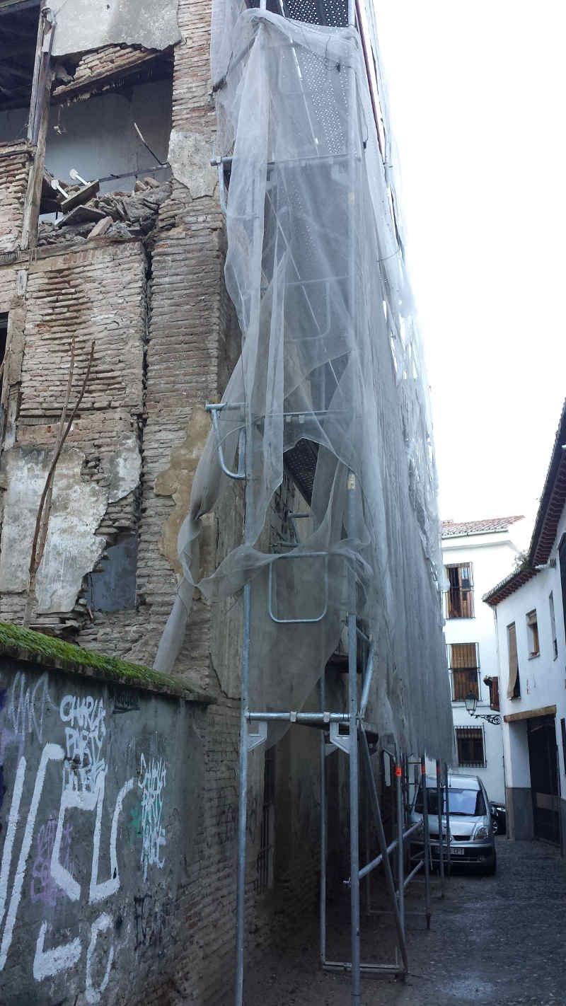 El interior de los andamios se encuentra repleto de materiales que caen a la calle.  Parte trasera del edificio de Elvira en la calle Serrano. 2014